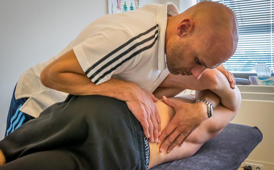 Foto Edwin Spanjersberg van fysiotherapie in zijn praktijk in Spijkenisse